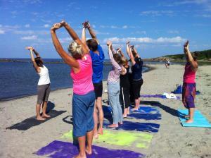 Yoga Malin juli på stranden 4